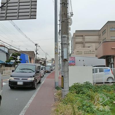 歩道が狭くなります。車やバイク、自転車に注意して下さい。