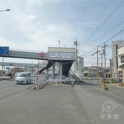 歩道橋のある大きな交差点を右折します。