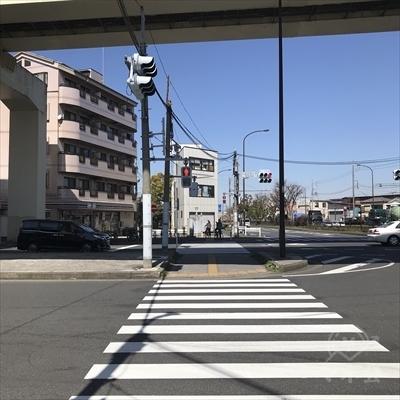 向かい側のセブンイレブンに向かって高速の高架をくぐります。