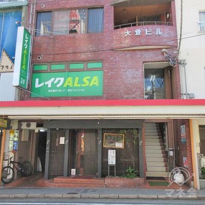 商店街に入った直後の建物、2階にレイクALSAがあります。