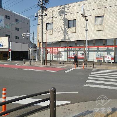 小さな横断歩道を渡ったら左折し、すぐに右折します。