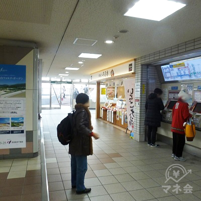 券売機と和菓子屋「千寿庵」の前を通ります。