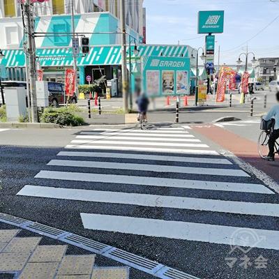 信号を渡って、左の道を歩きます。コの字型に歩く形になります。