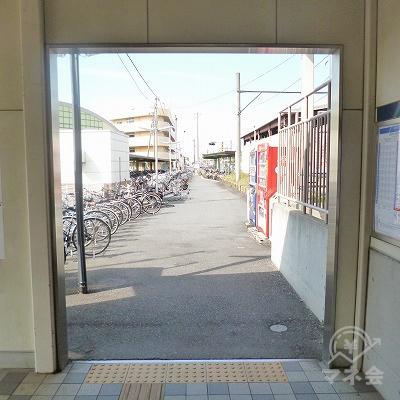 改札を抜けたら線路沿いの自転車置き場脇を進みます。