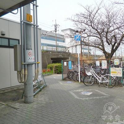 自転車置き場の脇道へと進んでください。