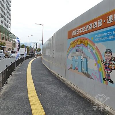 歩道を80mほど歩きます。若江岩田駅はまだ工事中です。