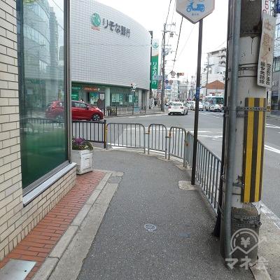 交差点に差し掛かり歩道は左に曲ります。それに沿って進みます。