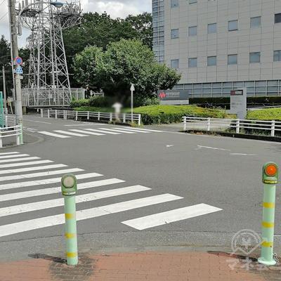 横断歩道を2回渡り、目線の先にある建物の前まで行きます。