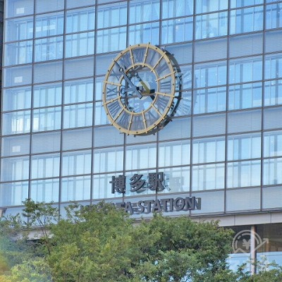 振り返ると、博多駅の文字が確認できます。