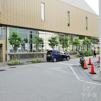 和光大学ポプリホールまで歩いたら、右に曲がります。
