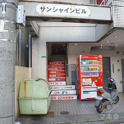 アイフル店舗は階段を上がって2階にあります。