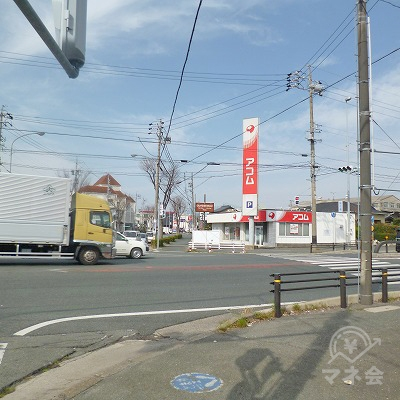 国道1号線との交差点にアコムが見えてきます。