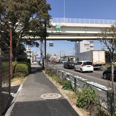 10分ほど歩くと上側に首都高速の高架が見えてきます。