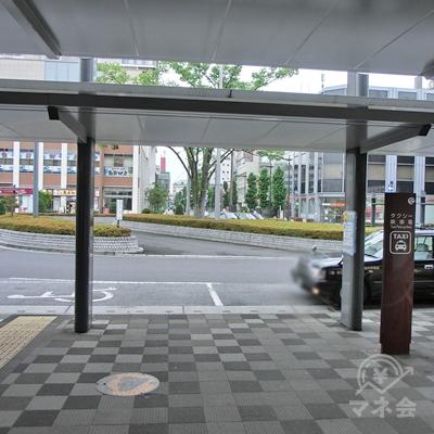 東口出口を出るとタクシー乗り場があるので右に曲がります。