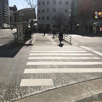 バス乗り場を左に見ながら直進です。