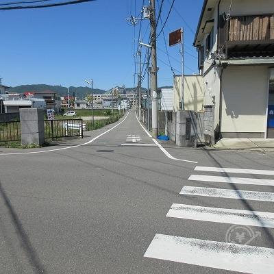ここで横断歩道えお渡り、左へ進みます。