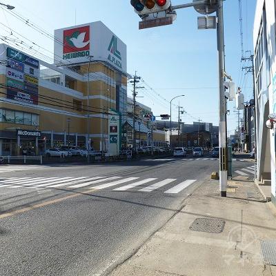 平和堂前の変則T字路の交差点に出ます。左の横断歩道を渡ります。