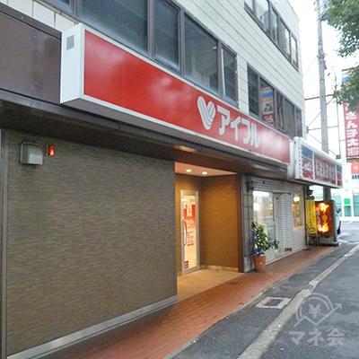アイフルはビル1階、中央大通りの歩道沿いにあります。