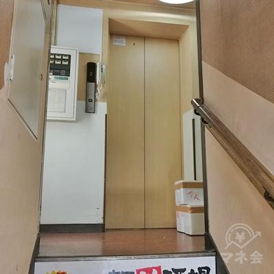 エレベーターで4階に上りましょう。