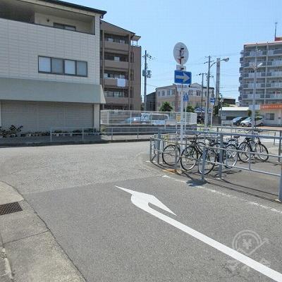 駅前のロータリーを矢印の方向に進みます。