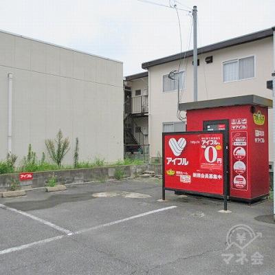アイフルの店舗左側には専用駐車場があります。