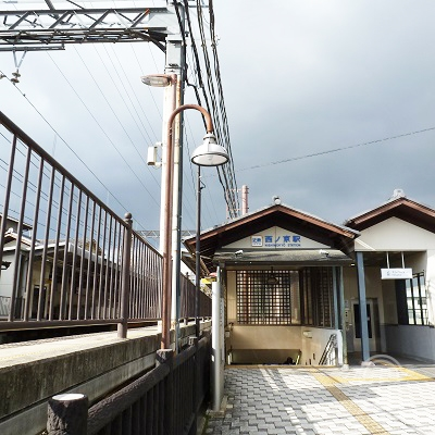 振り返った西ノ京駅・東出口です。和風を意識したデザインです。