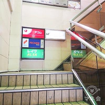 階段で2階に上がりエレベーターでアコムのある5階へ上がりましょう。