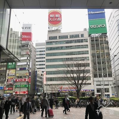 正面のSMBC日興証券の大きなビルの左2件横の2階に看板があります。