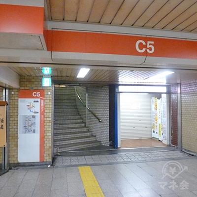 左手に少し右に曲った上り階段があるので、そちらに進みます。