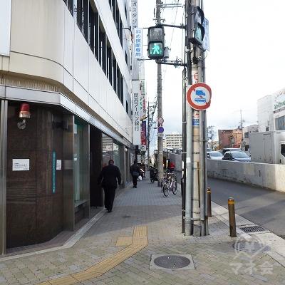 横断歩道を渡ったら右折、地上の側道・歩道を歩きます。