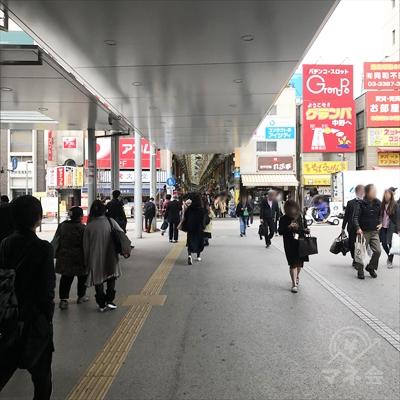 サンモール商店街に続く屋根に沿って進んでください。