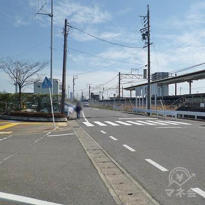 地上へ下りたら、目の前の道を線路沿いに300m歩きます。
