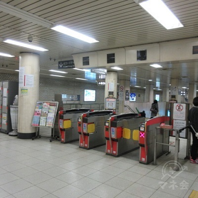 京都市営地下鉄烏丸線、五条駅北改札(表示ナシ)を出ます。