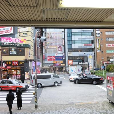 目黒駅東口です。駅前ロータリー左奥がプロミスです。
