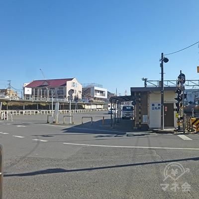 週末はバス乗り場ですが平日は広い道路です。こちらを進みます。