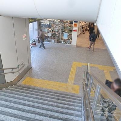 階段で地上に下りたら、左折します。