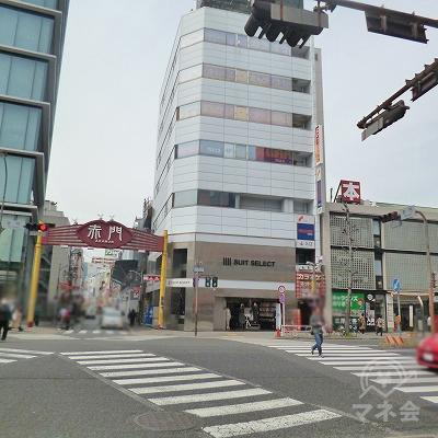 大通りとの交差点の右奥にあるビルにプロミスの看板が見えてきます。