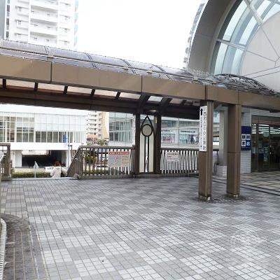 「アステ川西」入口の直前、「田村書店」左の階段を下ります。