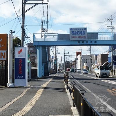 歩道橋の手前に店舗があります。駅から1kmほどの距離です。