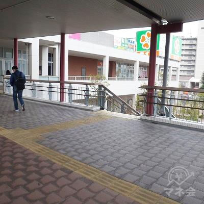 途中、向かって右にある階段で地上に下ります。
