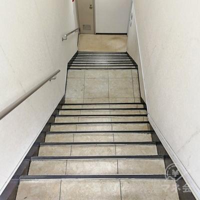 ドアを開けると地下へ向かう階段があります。