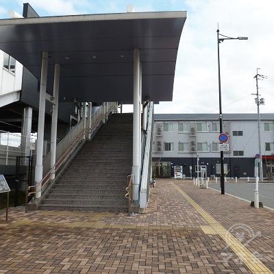 志都美駅・西口の階段を振り返り見たところです。右の歩道に進みます。