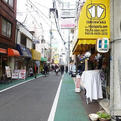 人通りの多い商店街です。