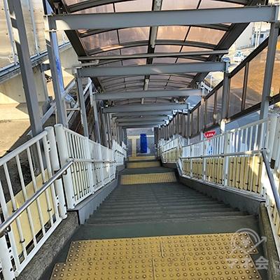 地上へ続く階段を下ります。