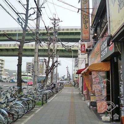 大通り沿いを道なりに300mほど歩きます。
