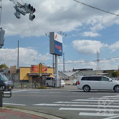 交差点の先にプロミスのポール看板が見えます。