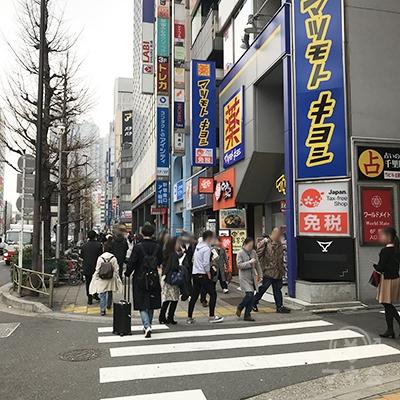 マツモトキヨシの前の横断歩道を渡ります。