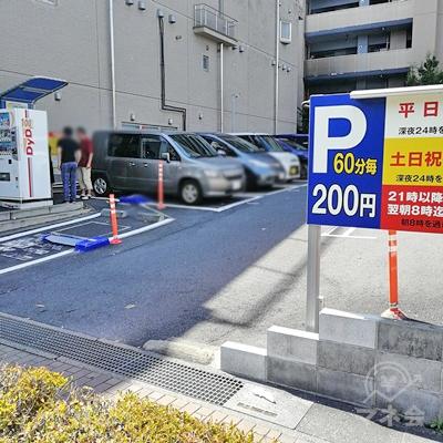 駐車場が入口になります。