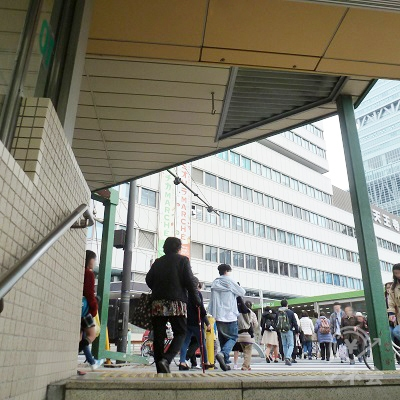 地上に出たところ。正面はJR天王寺駅。向こうはあべのハルカスです。