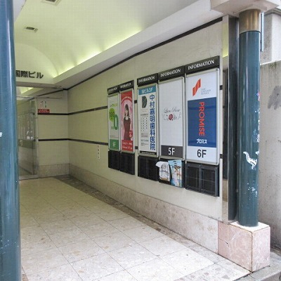 建物入口を入ると右手に案内板があります。プロミスは6階です。